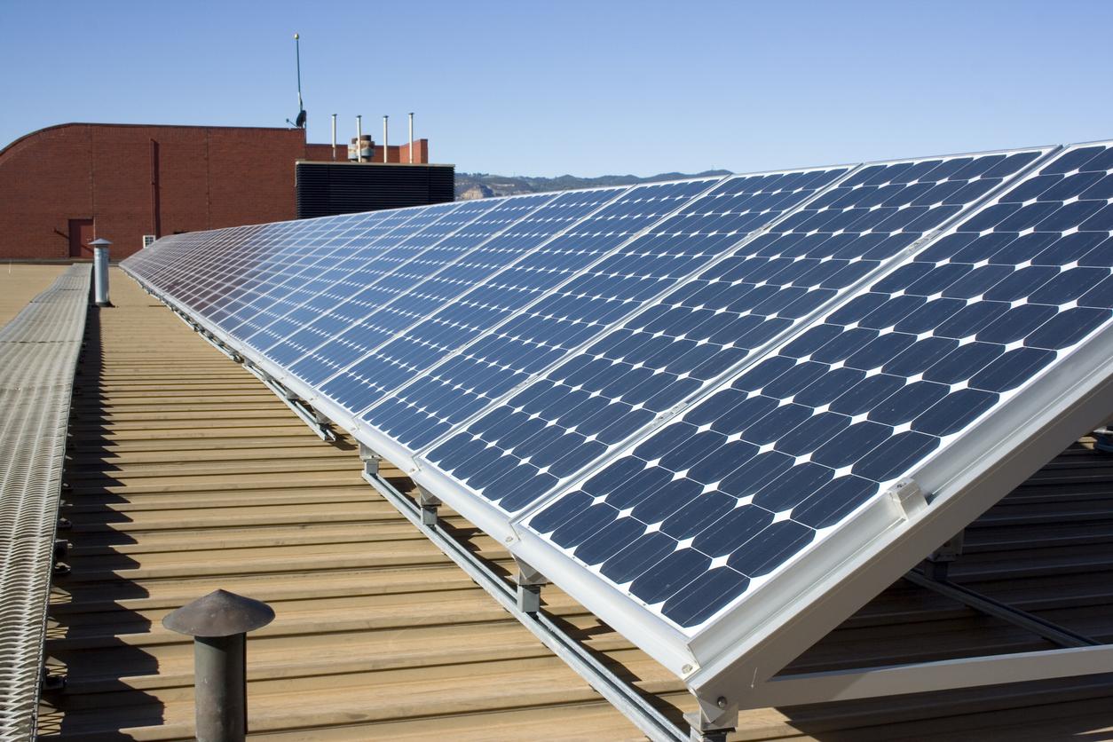 Zonnepanelen plat dak: hoe installeren en advies